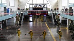 Cuatro operarios del Ministerio de Situaciones de Emergencia ruso desinfectan la estación ferroviaria de Leningradski, el 19 de mayo de 2020 en Moscú