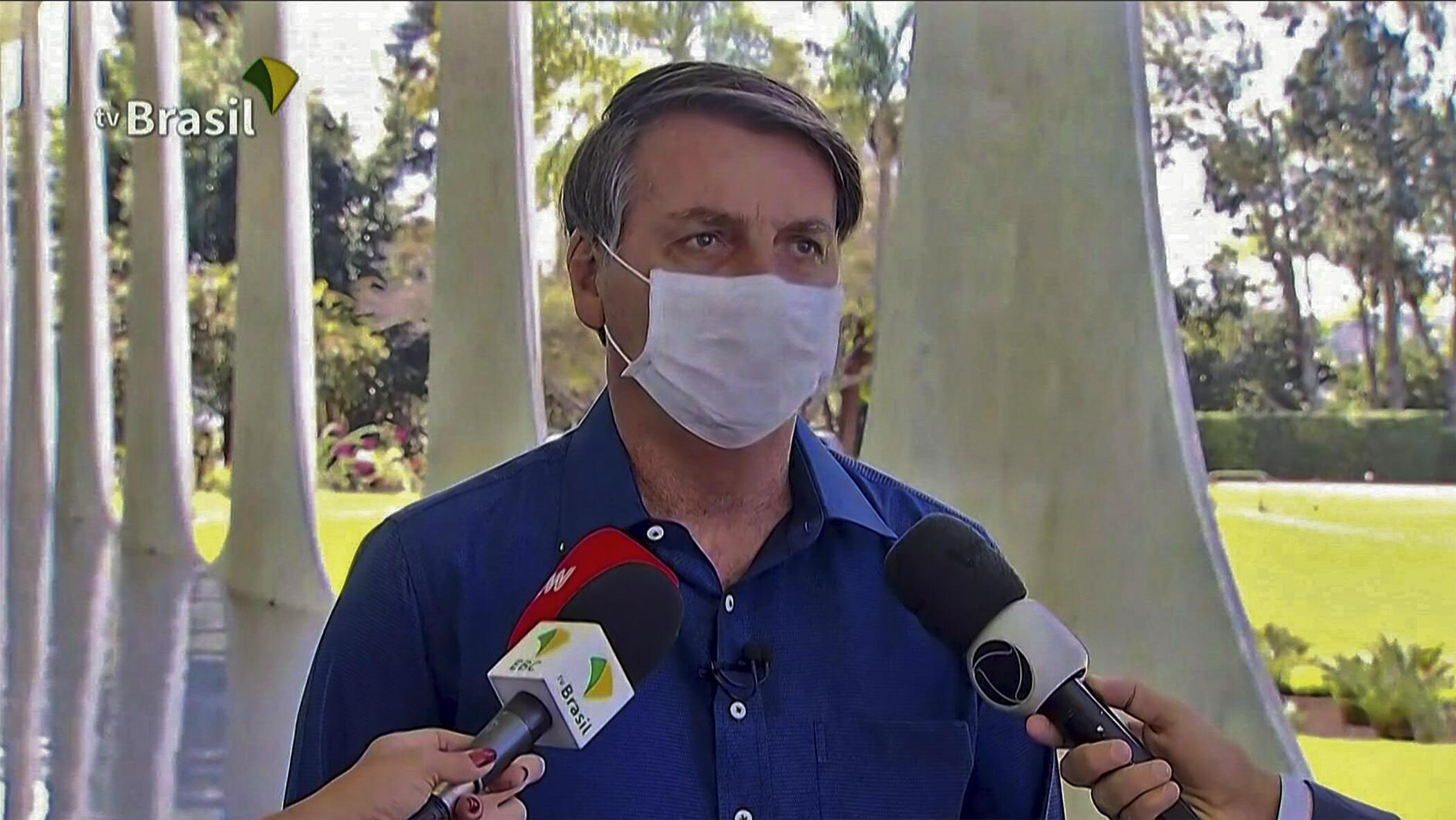 El presidente de Brasil, Jair Bolsonaro, en entrevista con la prensa, en Brasilia, el 7 de julio de 2020.