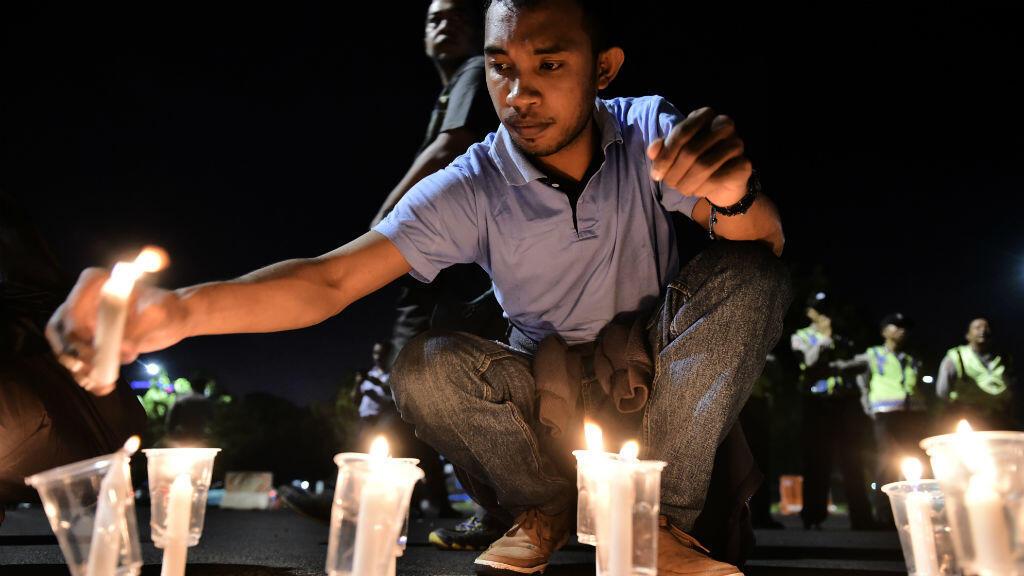 Un Indonésien allume une bougie lors d'un rassemblement contre la peine de mort.