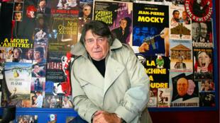 """Jean-Pierre Mocky pose dans son cinéma, """"Le Brady"""", à Paris, le 17octobre2002."""