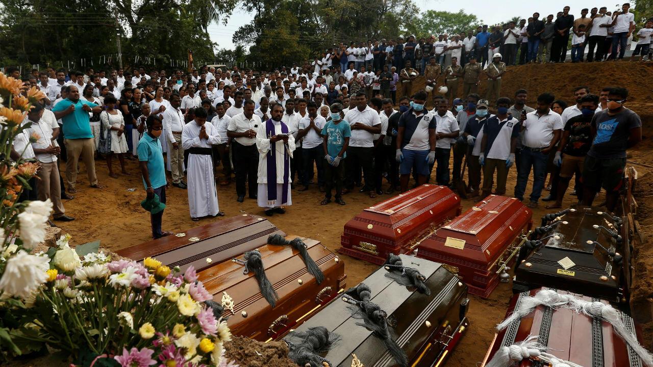 Les gens participent à des funérailles massives à Negombo, trois jours après une série d'attentats-suicides à la bombe perpétrés au Sri Lanka le dimanche de Pâques.