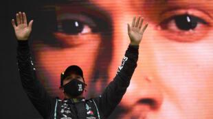 El piloto británico de Mercedes Lewis Hamilton, celebra en el podio su victoria en el Gran Premio de Portugal, el 25 de octubre de 2020 en Portimao