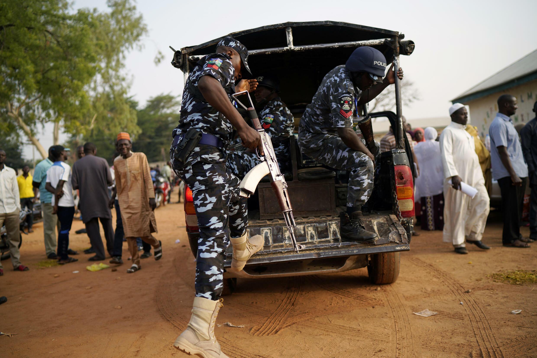عناصر من الشرطة النيجيرية في مدينة كادونا في نيجيريا