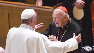 El 23 de septiembre de 2015, años antes de que comenzara la investigación en su contra, el Papa Francisco se abrazó con el arzobispo emérito Theodore McCarrick después de una misa con más de 300 obispos de Estados Unidos, en la Catedral de San Mateo Apóstol, en Washington D.C.