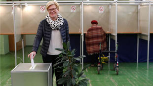 La candidata presidencial, Ingrida Simonyte, en un centro de votación en Vilna, Lituania. 12 de mayo de 2019.