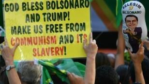 Des partisans de Jair Bolsonaro, candidat de l'extrême droite à la présidentielle, rassemblés à Sao Paulo, le 21 octobre 2018 au Brésil