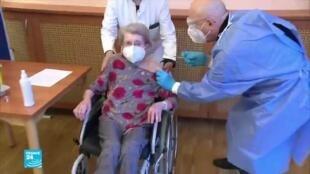امرأة تتلقى اللقاح المضاد لفيروس كورونا.