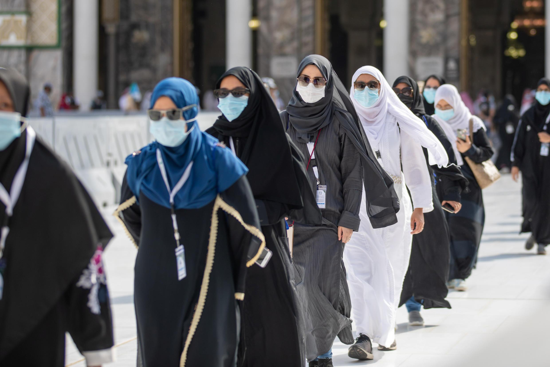 Los peregrinos musulmanes con máscaras protectoras llegan para rodear la Kaaba en la Gran mezquita durante la peregrinación anual del Haj en medio de la pandemia, en la ciudad sagrada de La Meca, Arabia Saudita, el 29 de julio de 2020.