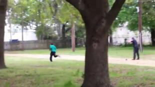 Capture d'écran d'une vidéo amateur montrant un policier blanc tirant à huit reprises sur Walter Scott, un homme noir d'une cinquantaine d'années.