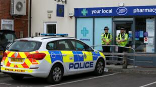 Oficiales de la policía británica custodian los lugares en donde estuvo la pareja afectada por el agente nervioso, Novichok, para continuar con las investigaciones. Julio 4 de 2018.