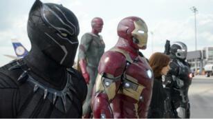 """Chadwick Boseman (Black Panther), Paul Bettany (Vision), Robert Downey Jr. (Iron Man), Scarlett Johansson (Veuve noire) et Don Cheadle (War Machine) dans """"Captain America : Civil War""""."""