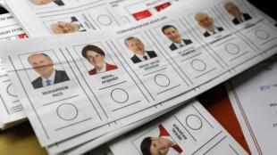 عرائض التصويت في مكاتب الاقتراع صباح 24 يونيو/حزيران.