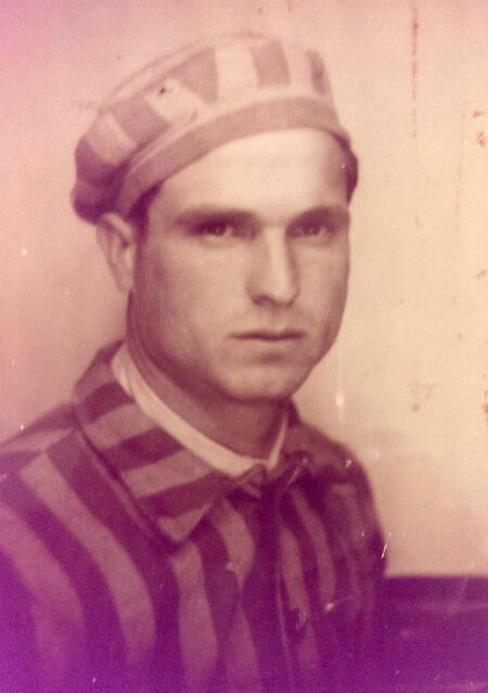 Juan Romero portant sa tenue de déporté.