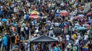 فنزويليون يتظاهرون ضد الرئيس مادورو في كراكاس في 15 أيار/مايو 2017