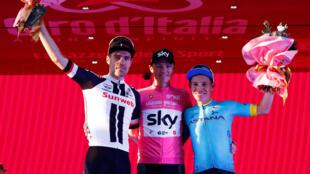 Christopher Froome del equipo Sky celebra en el podio junto a Tom Dumoulin, del equipo Sunweb, que finalizó segundo, y el colombiano Miguel Ángel López del Astana, que terminó tercero y fue el mejor joven de la edición 101 del Giro de Italia.