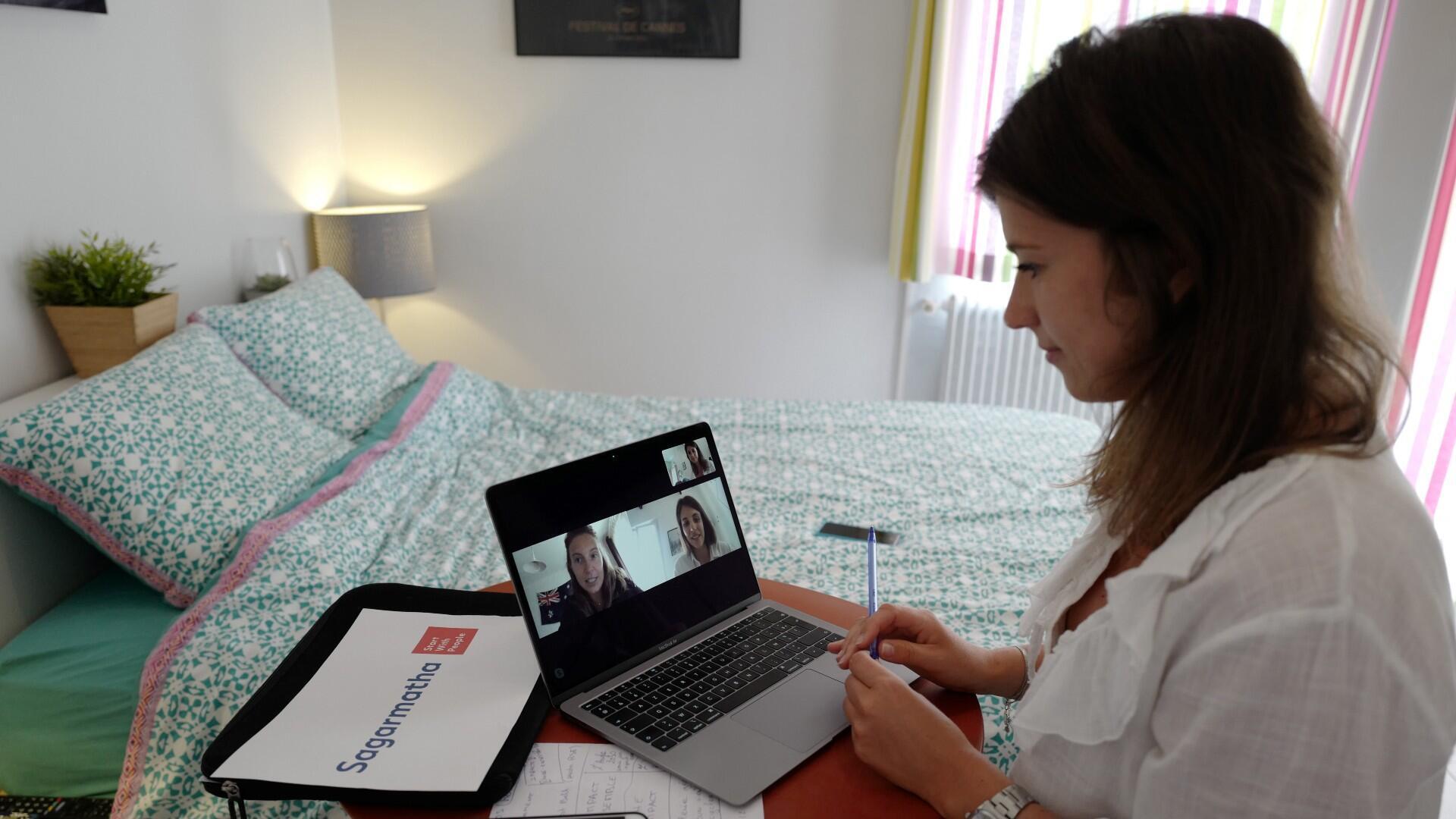 Manon, empleada del grupo de relaciones públicas Sagarmatha - Rayuela, se conecta con sus colegas en París a través de un videollamada en casa, en la ciudad de Niza, Francia, el 15 de mayo de 2020.