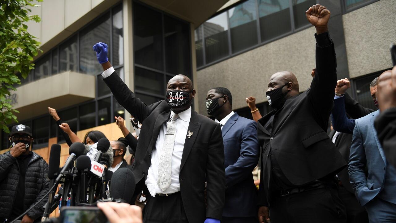أفراد من عائلة فلويد برفقة محاميهم بن كرومب أمام محكمة مقاطعة هينيبين خلال جلسة استماع للمتهمين بمقتل جورج فلويد في مينيابوليس. مينيسوتا  في 11 سبتمبر/أيلول 2020.