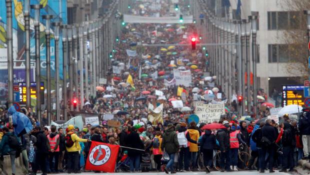 Los habitantes de Bruselas, Bélgica, salieron a marchar este 2 de diciembre para pedir a su gobierno que tome acciones frente al cambio climático, en el día previo al inicio de la COP24 en Polonia.