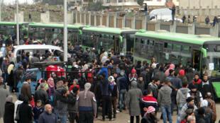 حافلات نقل المحاصرين في 14 نيسان/أبريل 2017
