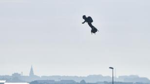 L'inventeur Franky Zapata part de Sangatte (nord de France), équipé de son flyboard, pour atteindre l'Angleterre le 4 août 2019.