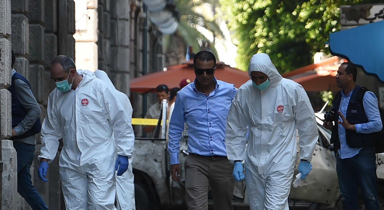 Investigadores forenses cerca de un vehículo destruido, en Túnez, Túnez, en uno de los dos ataques suicidas que impactaron el país el 27 de junio de 2019.