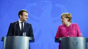 المستشارة الألمانية أنغيلا ميركل والرئيس الفرنسي إيمانويل ماكرون خلال مؤتمر صحافي في برلين في 15 أيار/مايو 2017