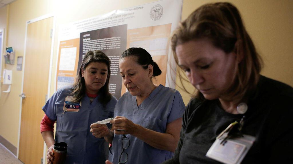 Un grupo de atención médica se prepara para la llegada de un paciente que podría estar contagiado con el Covid-19 en un hospital en Seattle, Estados Unidos. 29 de febrero de 2020.
