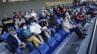 Quelques centaines de spectateurs, pour la plupart masqués, ont assisé au match amical opposant Caen au Paris FC au stade Michel d'Ornano, le 11 juillet 2020