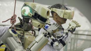 Le robot au corps anthropomorphe argenté mesure 1,80 mètre de haut et pèse 160 kilos.