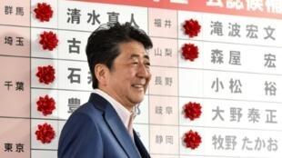 رئيس الوزراء الياباني شينزو آبي في طوكيو في 21 تموز/يوليو 2019 بعد انتخابات مجلس الشيوخ.