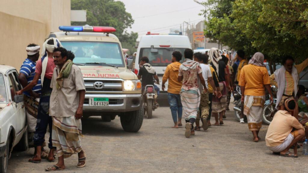 Ambulancias transportan a las víctimas de los ataques en la base aérea de Al-Anad al hospital Ibn Khaldun en la provincia sureña de Lahij, controlada por el gobierno de Yemen, el 29 de agosto de 2021.