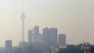 صورة لأحد أبراج الاتصالات في طهران وسط التلوث في 17 كانون الأول/ديسمبر 2017.