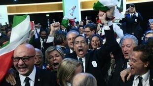 أفراد وفد مدينة ميلانو كورتينا يحتفلون بعد نيل مدينتهم شرف تنظيم الألعاب الأولمبية الشتوية عام 2026. 24 حزيران/يونيو 2019
