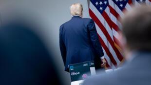الرئيس الأميركي دونالد ترامب أثناء مغادرته موقع عقد المؤتمر الصحافي حول فيروس كورونا المستجد، حديقة البيت الأبيض، واشنطن، 11 أيار/مايو 2020