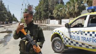 Un membre des forces kurdes montant la garde à Al-Qahtaniyah, dans le nord-est de la Syrie.