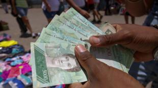 Des coupures de 5 000 bolivars à la frontière entre la Colombie et le Vénézuela, le 19 août 2018, avant qu'une nouvelle monnaie ne soit éditée par les autorités.