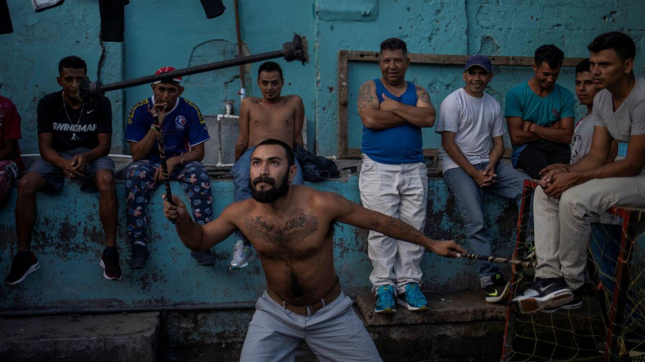 Yerbin Israel Estrada, de 25 años, un recluso en el Centro Penal de La Esperanza, practica malabares en el patio de la prisión, en La Esperanza, Intibuca, Honduras, el 19 de febrero de 2020.