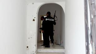 Des gendarmes patrouillent à Mnilha, dans la banlieue de Tunis, où deux jihadistes présumés ont été tués lors d'une opération anti-terroriste, le 11 mai 2016.