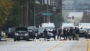 Les forces de l'ordre, vendredi 4 décembre 2015, à proximité de la voiture Ford louée par le couple ayant tué 14 personnes à San Bernardino.