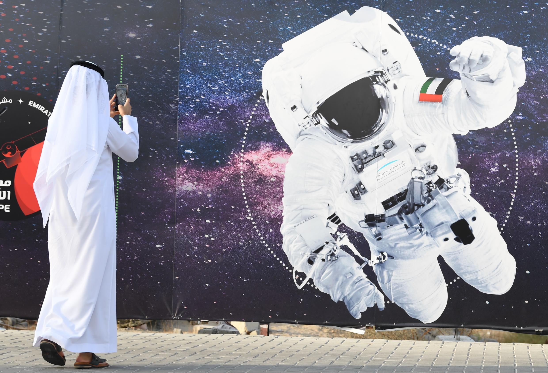 Image d'illustration représentant un astronaute avec le drapeau national émirati à l'extérieur du centre spatial Mohammed Bin Rashid (MBRSC) à Dubaï.