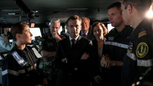 Emmanuel Macron, aux côtés de la ministre de la Défense, Florence Parly, sur le porte-avions Charles de Gaulle, à Toulon, le 14novembre2018.