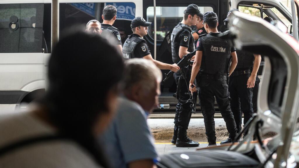 La police a accru la surveillance de l'aéroport Atatürk d'Istanbul après l'attentat, le 1er juillet 2016.