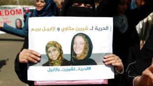 Des manifestantes réclamant la libération d'Isabelle Prime (à dr. sur la pancarte) et son interprète yéménite Chérine Makkaoui, en mars 2015.