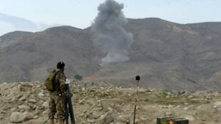 """تصاعد الدخان جراء غارة أمريكية على مواقع تنظيم """"الدولة الإسلامية"""" في كوت في 16 شباط/فبراير 2016"""