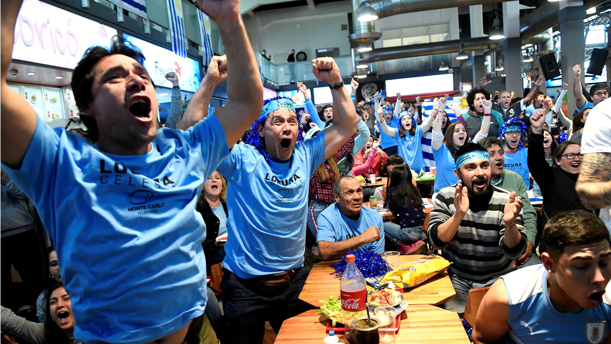 Los fanáticos celebraron el gol mientras veían la transmisión del partido entre Uruguay y Arabia Saudita en el Mercado Agrícola de Montevideo.