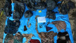 Imagen del 6 de septiembre de 2018 que muestra prendas de vestir encontradas en una fosa con por lo menos 166 cráneos, todos ellos con una antigüedad de dos años de su muerte.