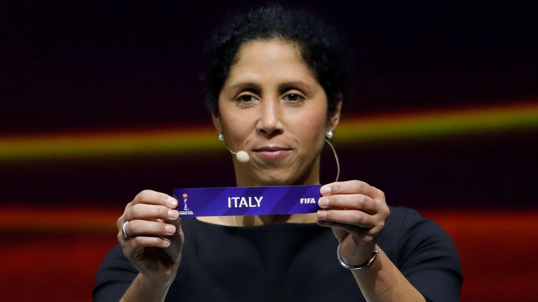 La exfutbolista alemana Steffi Jones muestra la papeleta de Italia en el sorteo del Mundial de Francia de 2019 celebrado en Boulogne-Billancourt. 8 de diciembre de 2018.