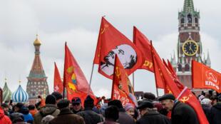 Des membres du Parti communiste russe marchent sur la Place rouge à Moscou pour déposer des fleurs au pied du mausolée de Lénine, le 5 novembre 2017.