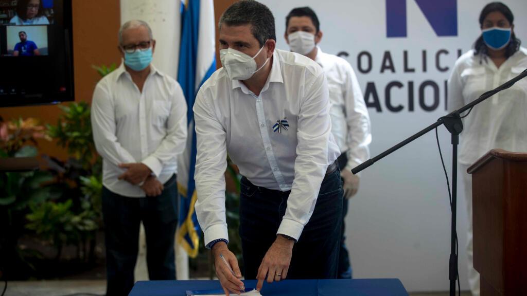 El director ejecutivo de la opositora Alianza Cívica por la Justicia y la Democracia, Juan Sebastián Chamorro, participó en la firma de los estatutos que regirán la Coalición Nacional, llamada a ser la gran fuerza política que enfrente al presidente Daniel Ortega.