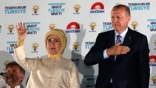 """الرئيس التركي رجب أردوغان وزوجته أمينة يحييان أنصارهما من مقر حزب """"العدالة والتنمية"""" في أنقرة الاثنين 25 يونيو/حزيران يحتفلون."""